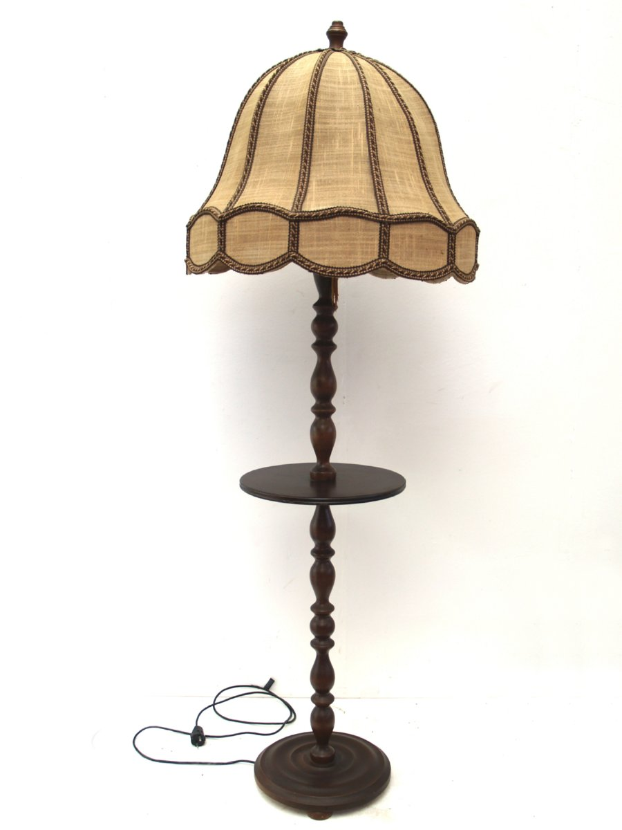 stehlampe antik sch ne lampe gefertigt aus holz mit ablagetisch u lampenschirm ebay. Black Bedroom Furniture Sets. Home Design Ideas